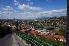 Vista da parede da fortaleza na cidade e no rio que fluem abaixo fotos de stock