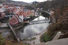 Vista da parede da fortaleza na cidade e no rio que fluem abaixo imagem de stock