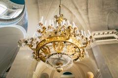 A vista da parte inferior em um candelabro da igreja fotos de stock