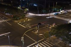 Vista da parte superior às estradas transversaas urbanas Fotografia de Stock