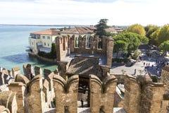 Vista da parte superior das paredes do castelo do castelo de Scaliger dentro do lago Garda Sirmione, Italy Natureza e história fotografia de stock