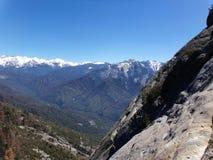 Vista da parte superior de Moro Rock que negligencia montanhas nevado e vales - parque nacional de sequoia imagens de stock royalty free
