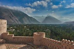Vista da parte superior de um forte das montanhas e das palmas de data Foto de Stock
