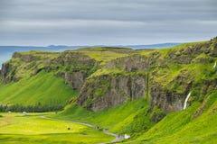 Vista da parte superior de um penhasco perto da cachoeira de Seljalandsfoss, Icel Fotos de Stock Royalty Free