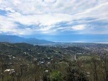 A vista da parte superior de uma altura de uma cidade bonita do turista com constru??es e casas, de telhados das ?rvores e de pla foto de stock royalty free
