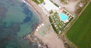 Vista da parte superior do hotel perto do mar video estoque
