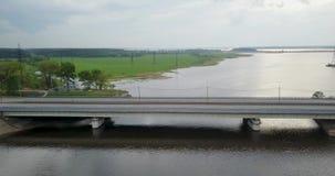 Vista da parte superior do rio com uma ponte filme
