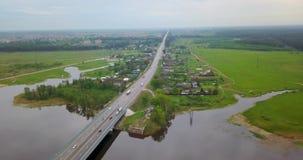 Vista da parte superior do rio com uma ponte vídeos de arquivo