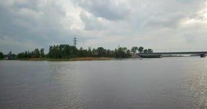 Vista da parte superior do rio com uma ponte video estoque