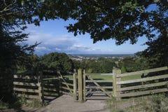 Vista da parte superior do Tor de Glastonbury que negligencia a cidade de Glastonbury dentro fotos de stock royalty free