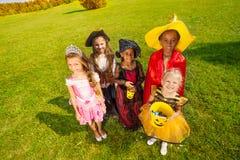 Vista da parte superior em crianças em trajes de Dia das Bruxas Imagens de Stock Royalty Free