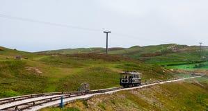 Vista da parte superior da grande montanha de Orme em LLandudno, Gales Um teleférico industrial do vintage em uma inclinação íngr fotos de stock royalty free