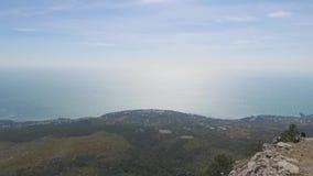 Vista da parte superior da montanha à cidade e ao mar Paisagem da cidade do mar da montanha tiro Rio da cidade da montanha filme