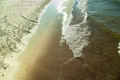 Vista da parte superior na água do mar e na praia Imagens de Stock Royalty Free
