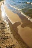 Vista da parte superior na água do mar e na praia Fotografia de Stock Royalty Free