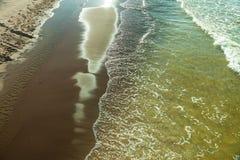 Vista da parte superior na água do mar e na praia Imagem de Stock