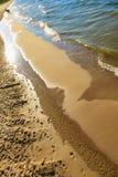 Vista da parte superior na água do mar e na praia Imagens de Stock