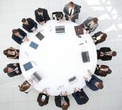 Vista da parte superior sócios comerciais da reunião para a mesa redonda fotos de stock royalty free