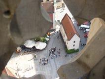 Vista da parte superior da torre de igreja ao condomínio velho ao lado do mercado em Wroclaw Casa de cortiço de Hansel Imagens de Stock Royalty Free