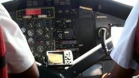 Vista da parte traseira em dois pilotos na cabina do piloto plana no fundo da janela filme