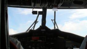 Vista da parte traseira em dois pilotos na cabina do piloto plana no fundo da janela vídeos de arquivo