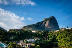 Vista da pedra de Gavea, vista de baixo com das casas no monte durante o fim da tarde Barra a Dinamarca Tijuca, Rio de Janeiro fotos de stock