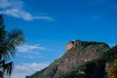 Vista da pedra de Gavea, vista da rua com as casas no monte durante o fim da tarde Barra a Dinamarca Tijuca, Rio de Janeiro foto de stock royalty free