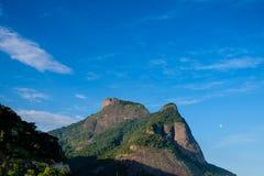 Vista da pedra de Gavea, vista da rua com as casas no monte durante o fim da tarde Barra a Dinamarca Tijuca, Rio de Janeiro imagens de stock