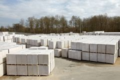 Vista da planta de fábrica produzindo o concreto ventilado esterilizado Muitos pacotes dos blocos em páletes puseram um sobre o o imagens de stock