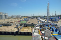 A vista da plataforma da balsa à doca no porto imagem de stock