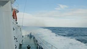 Vista da plataforma do navio como as ondas estão espirrando video estoque