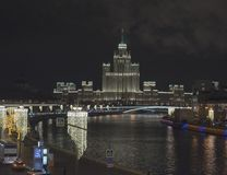 Vista da ponte ao rio de Moscou imagens de stock