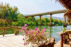 Vista da ponte da cabana de flutuação do turista no quilowatt do rio imagem de stock royalty free