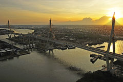 Vista da ponte de Bhumibol fotos de stock