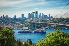 A vista da ponte de Bosphorus e de Bosphorus conectou partes asi?ticas e europeias de Istambul imagem de stock royalty free