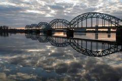 Vista da ponte de estrada de ferro através do rio do Daugava imagem de stock