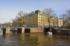 Vista da ponte de Leliegracht que mede o canal de Prinsengracht em Amsterdão Fotos de Stock