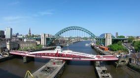 A vista da ponte de nível elevado sobre o River Tyne video estoque