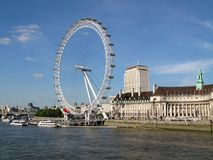 Vista da ponte de Westminster a London Eye e ao condado salão que constrói ao lado dele em um dia ensolarado em Londres, Reino Un fotografia de stock