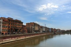 Vista da ponte Ponte di Mezzo ao Lungarnos as ruas ao longo do banco do rio de Arno através de Pisa, Toscânia, Itália imagens de stock royalty free