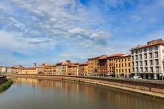 Vista da ponte Ponte di Mezzo ao Lungarnos as ruas ao longo do banco do rio de Arno através de Pisa, Toscânia, Itália foto de stock royalty free
