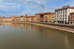 Vista da ponte Ponte di Mezzo ao Lungarnos as ruas ao longo do banco do rio de Arno através de Pisa, Toscânia, Itália imagem de stock