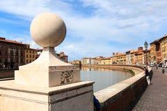 Vista da ponte Ponte di Mezzo ao Lungarnos as ruas ao longo do banco do rio de Arno através de Pisa, Toscânia, Itália fotos de stock royalty free