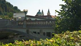 Vista da ponte do dragão sobre o rio de Ljubljanica, dia ensolarado, Ljubljana, Eslovênia imagem de stock