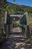 A vista da ponte do ferro sobre o rio pequeno em Monte Alegre faz Sul Imagens de Stock Royalty Free