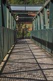 A vista da ponte do ferro sobre o rio pequeno em Monte Alegre faz Sul Fotos de Stock Royalty Free