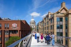 Vista da ponte do milênio em Londres, Reino Unido foto de stock