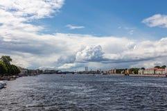 Vista da ponte do palácio a Neva River para o porto St Petersburg Rússia imagens de stock royalty free