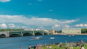 Vista da ponte e da praia da trindade perto de Peter e de Paul Fortress através do timelapse do rio de Neva, St Petersburg filme