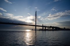 Vista da ponte em Neva River imagens de stock royalty free